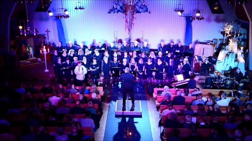 Se koret synge Julnatt i skogen og Deilig er jorden.